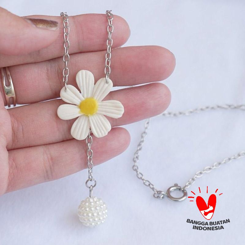 Petite Troops Daisy x Pearl Ball Necklaces