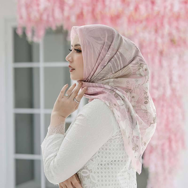 Buttonscarves X Sarah Sofyan The Orchide Series Jilbab Segiempat Wanita Light Pink
