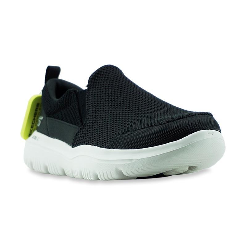 run shoes on feet at new concept Skechers Air Cooled Goga Mat Sepatu Olahraga Unisex [SKE54738]
