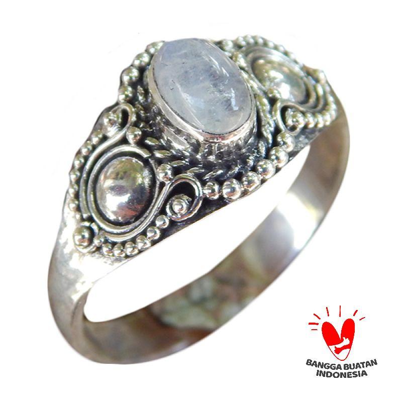https://www.static-src.com/wcsstore/Indraprastha/images/catalog/full/jnanacrafts_cincin-perak-handmade-motif-ukiran-bali-batu-rainbow-moonstone_full03.jpg