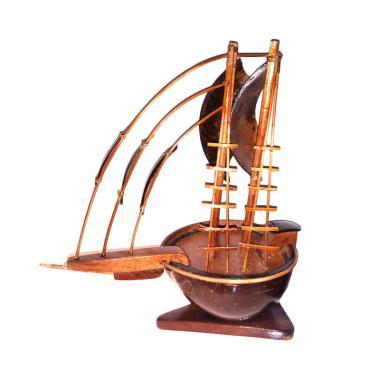 https://www.static-src.com/wcsstore/Indraprastha/images/catalog/medium//1475/satuempat_jogja-craft-miniatur-kapal-pinisi-dewaruci-batok-kelapa---lidi---coklat_full03.jpg