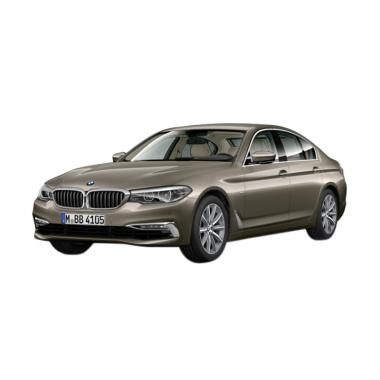 BMW 5 Series 520i Luxury Mobil - Atlas Cedar on Beige