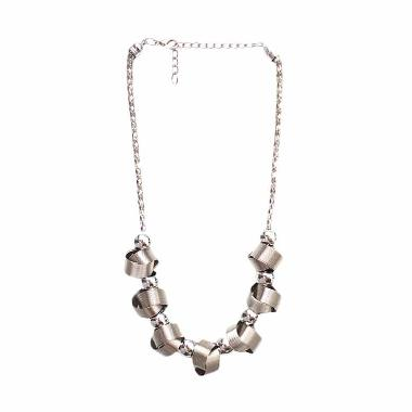 https://www.static-src.com/wcsstore/Indraprastha/images/catalog/medium/cherise-paxton_cherise-paxton-elvina-style-necklace-silver-kalung_full05.jpg
